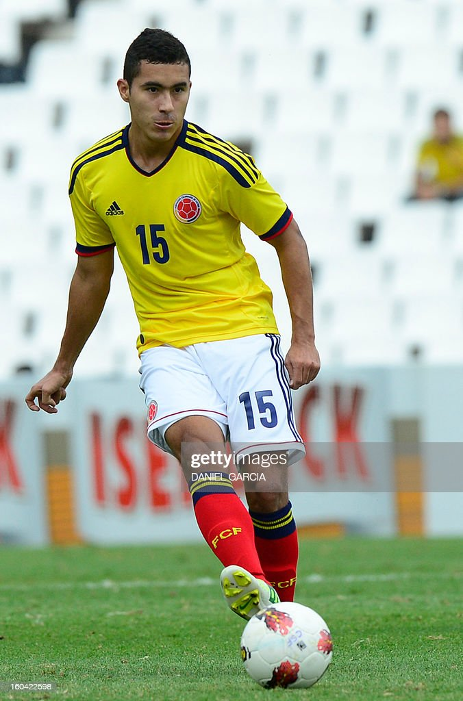 Colombia's midfielder Juan Nieto takes the ball during their South American U-20 final round football match against Chile at Malvinas Argentinas stadium in Mendoza, Argentina, on January 30, 2013. Four teams will qualify for the FIFA U-20 World Cup Turkey 2013. AFP PHOTO / DANIEL GARCIA