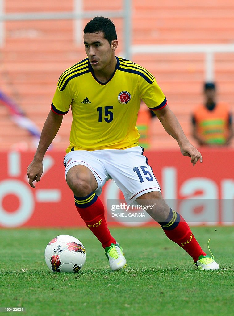 Colombia's midfielder Juan Nieto takes the ball during their South American U-20 final round football match against Chile at Malvinas Argentinas stadium in Mendoza, Argentina, on January 30, 2013. Four teams will qualify for the FIFA U-20 World Cup Turkey 2013.