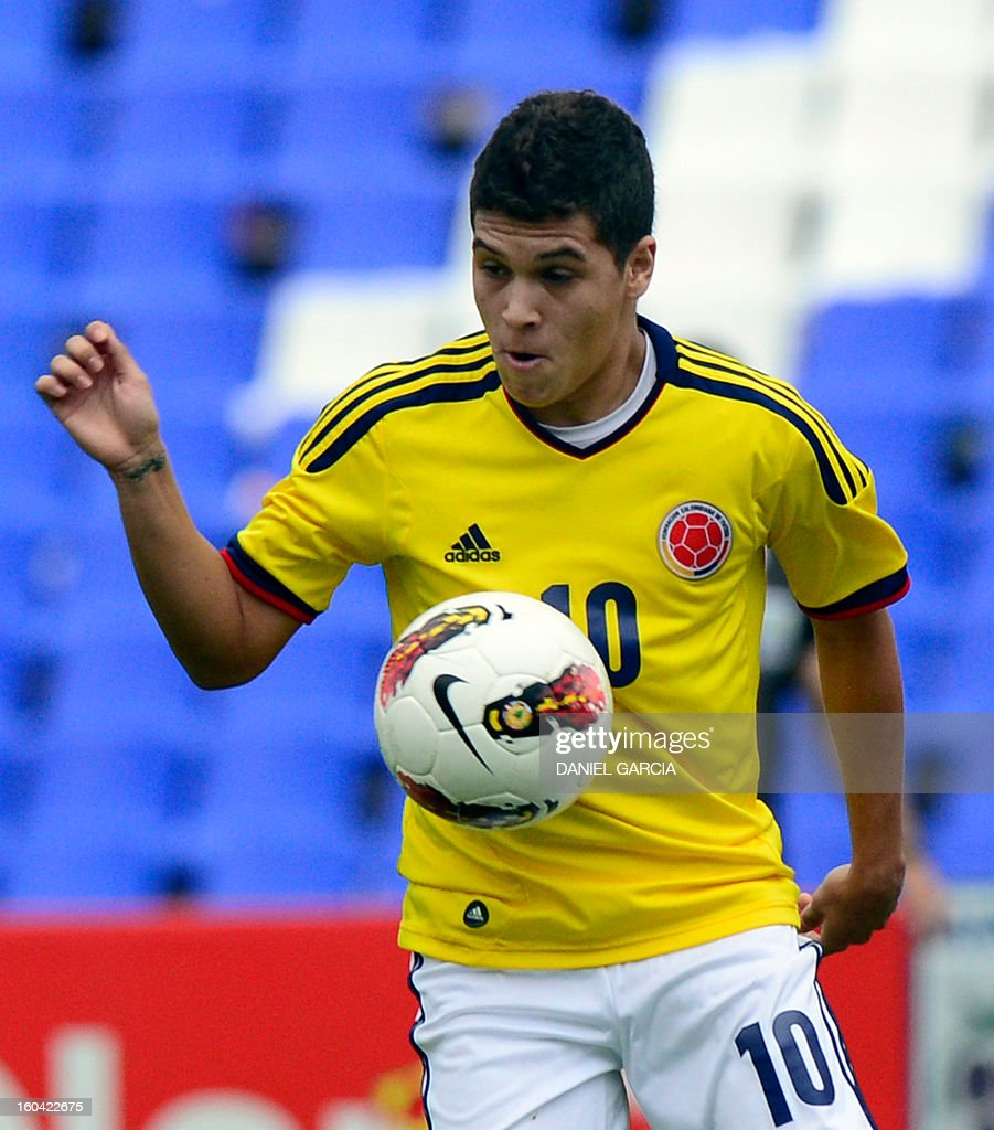 Colombia's midfielder Juan Quintero takes the ball during their South American U-20 final round football match against Chile at Malvinas Argentinas stadium in Mendoza, Argentina, on January 30, 2013. Four teams will qualify for the FIFA U-20 World Cup Turkey 2013.
