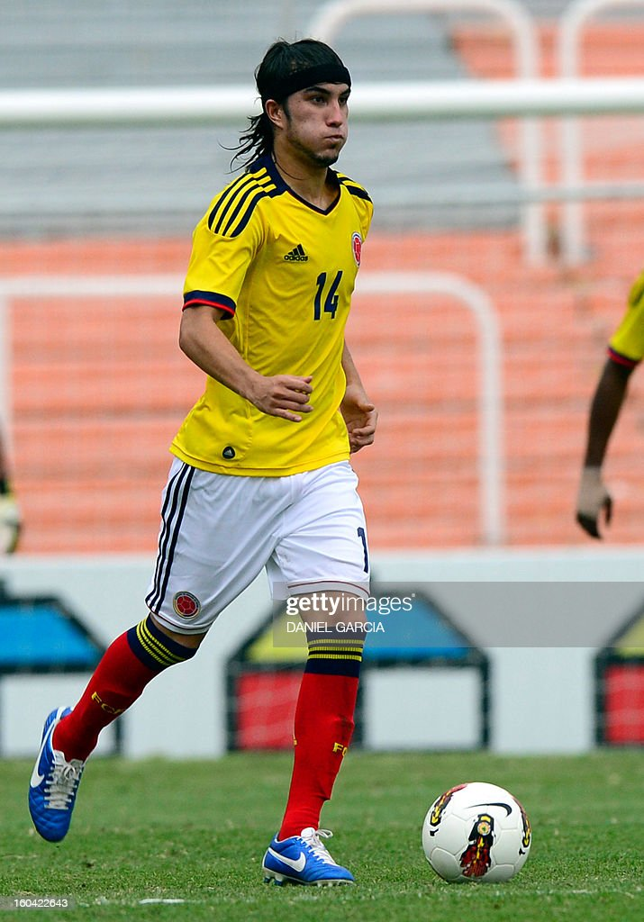 Colombia's midfielder Sebastian Perez takes the ball during their South American U-20 final round football match against Chile at Malvinas Argentinas stadium in Mendoza, Argentina, on January 30, 2013. Four teams will qualify for the FIFA U-20 World Cup Turkey 2013.