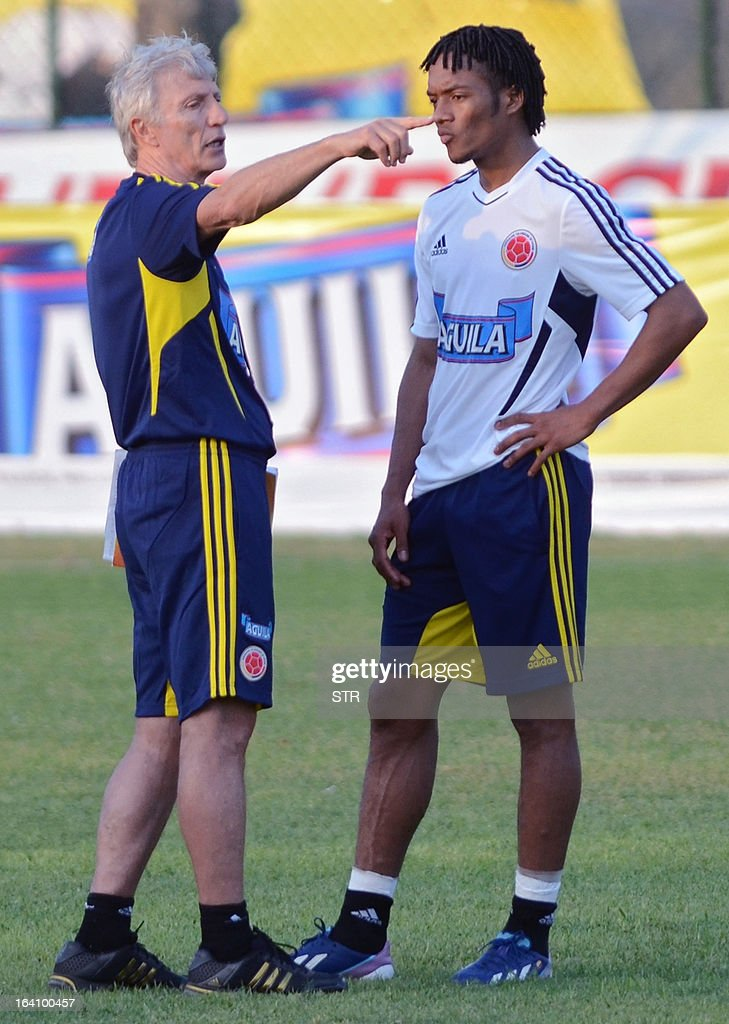 Colombia's national football team coach, Argentinian Jose Pekerman (L), speaks to Juan Guillermo Cuadrado during a training session in Barranquilla on March 19, 2013. Colombia will face Bolivia on March 22 and Venezuela on March 26 in FIFA World Cup Brazil 2014 South American qualifier matches.