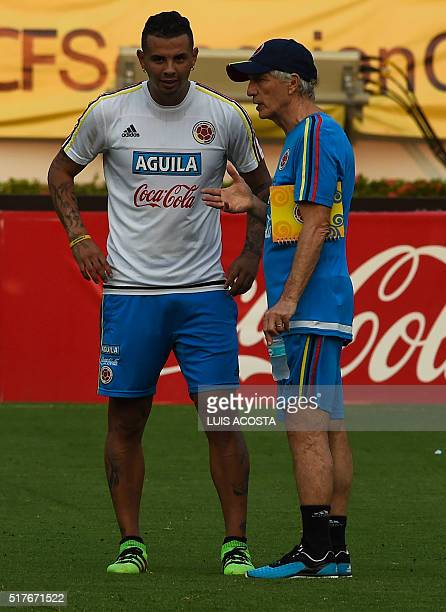 Colombia's national football team Coach Jose Pekerman speaks with Edwin Cardona during a training session at the Metropolitano Stadium in...