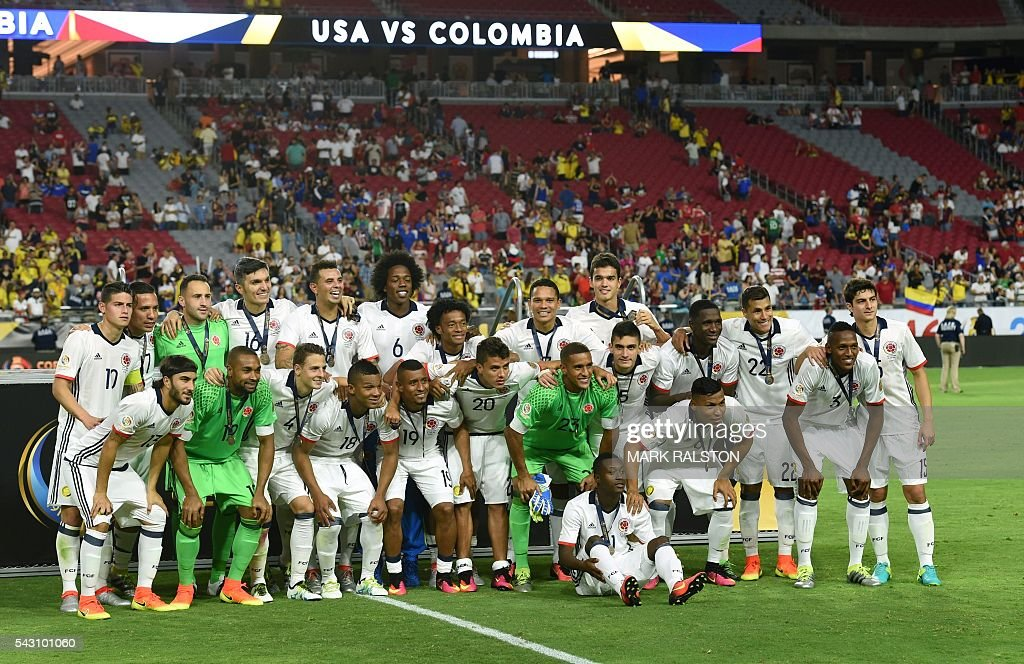 Colombia's players pose with their medals after winning the Copa America Centenario third place football match against the USA in Glendale, Arizona, United States, on June 25, 2016. / AFP / Mark RALSTON