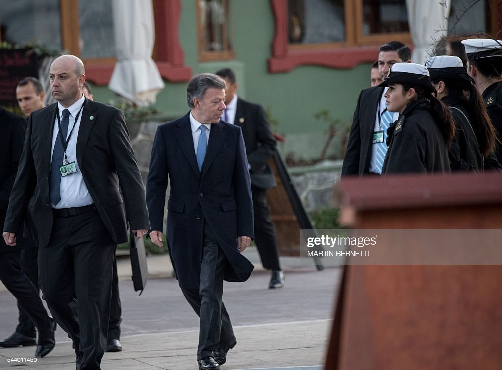 Colombia's President Juan Manuel Santos arrives for a meeting of the III Pacific Alliance Business Summit in Frutillar, 1100 km south of Santiago, Chile, on June 30, 2016. / AFP / Martin BERNETTI