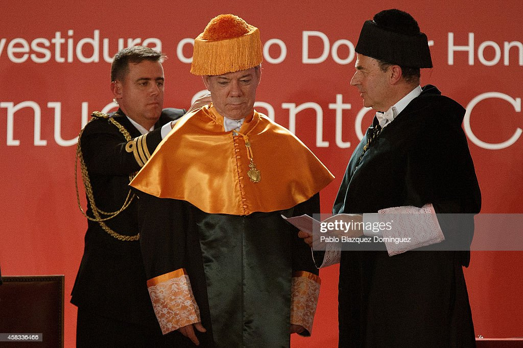 Colombia's President Juan Manuel Santos (C) receives an Honorary Doctorate during a ceremony at the Camilo Jose Cela university on November 3, 2014 in Villafranca del Castillo, just outside Madrid, Spain. Juan Manuel Santos is on an official visit to Spain which will follow with visits to other European cities.