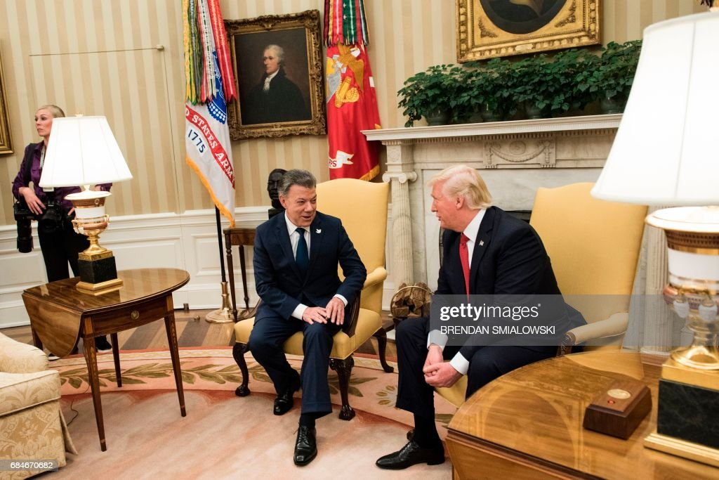 Colombia's President President Juan Manuel Santos and US President Donald Trump before a meeting in the Oval Office of the White House May 18, 2017 in Washington,DC. / AFP PHOTO / Brendan Smialowski