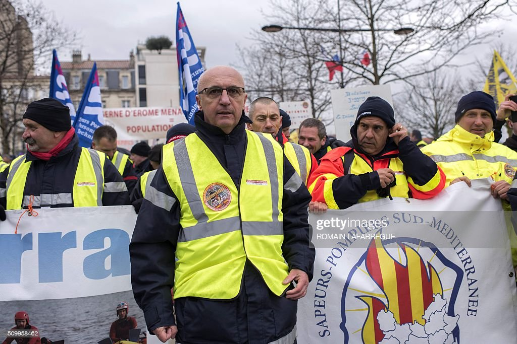Colonel Eric Faure (C), president of the National Firefighters Federation (SNSPF - Federation Nationale des Sapeurs Pompiers de France) march in Valence central eastern France, during a demonstration to protest against the closure of 19 emergency services and fire centers, on February 13, 2016. / AFP / ROMAIN LAFABREGUE