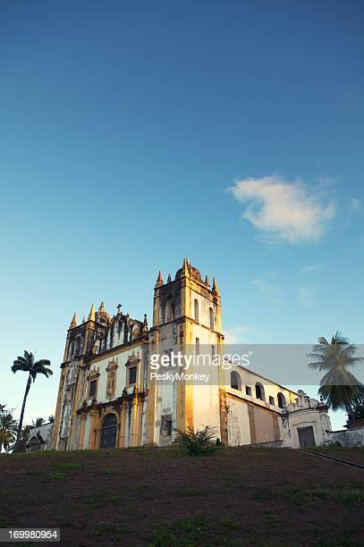 Igreja Colonial brilha no sol Tropical em Olinda Brasil