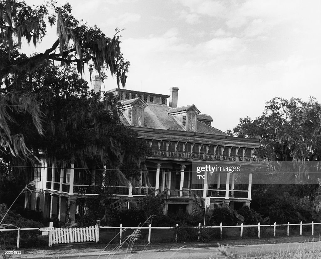A colonialstyle house built in 1849 on the Mount Airy plantation in Lutcher Louisiana circa 1935