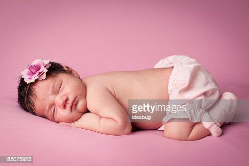 カラーイメージの貴重な女性、新生児のピンクの背景