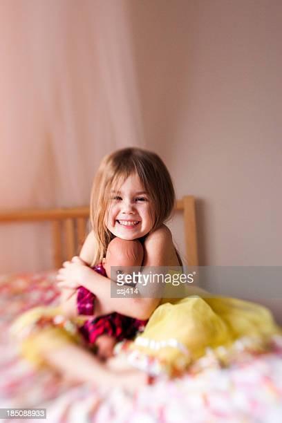 Farbe Gläser baby-Bild von kleinen Mädchen und ihre Puppe