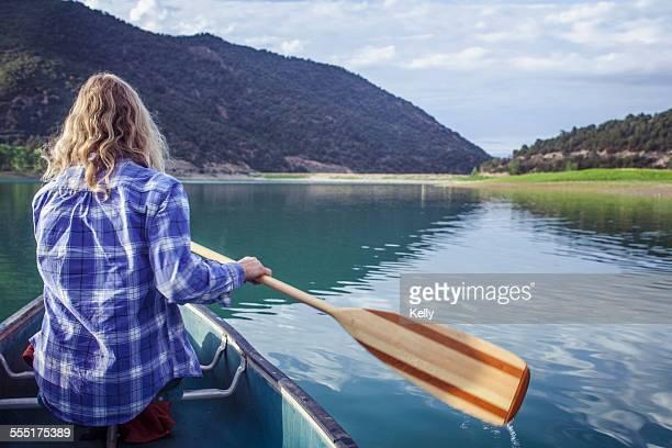 USA, Colorado, Harvey Gap, Woman canoeing in lake