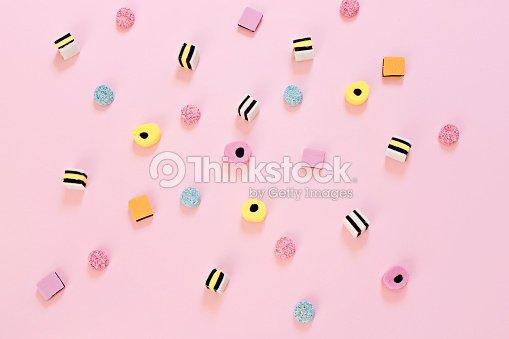 ピンク色の背景上に散在の飴 : ストックフォト