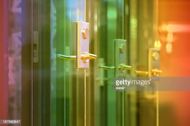 Farbige Licht auf die Glastüren im Büro