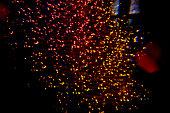 Foto tirada de pontos de luz no escuro com efeito colorido.
