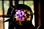 Foto tirada com desfoque no fundo de um prisma colorido.