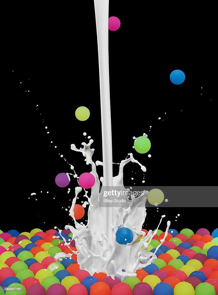 Colorful bouncing balls with white paint splash : Foto de stock