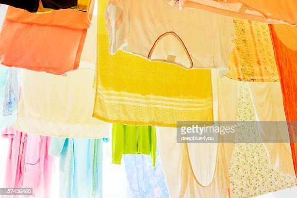 カラフルな洋服で乾燥物干しロープ
