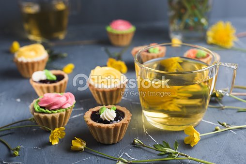 bunte muffins auf grauen teller und tisch stock foto thinkstock. Black Bedroom Furniture Sets. Home Design Ideas