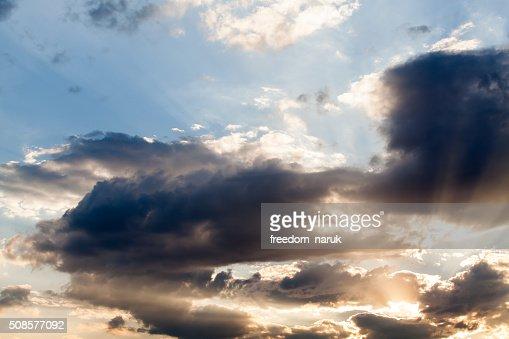 Colorato cielo minaccioso con nuvole al tramonto : Foto stock