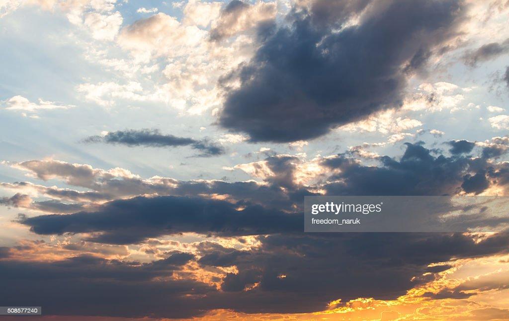 カラフルな劇的な空に雲の夕暮れ : ストックフォト