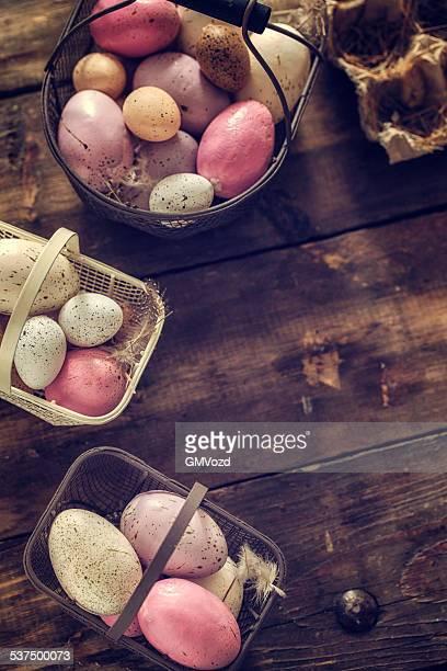 Bunte Ostern Eier in einem Korb auf hölzernen Hintergrund