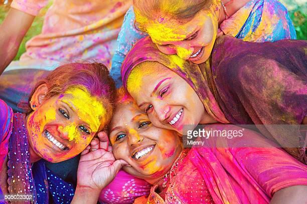 Bunte Gesichter Holi Festival indische Mädchen Feiern Sie das Fest der Farben