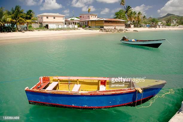 Bunte Fischerboote ankern in St. Lucia, Gros Islet