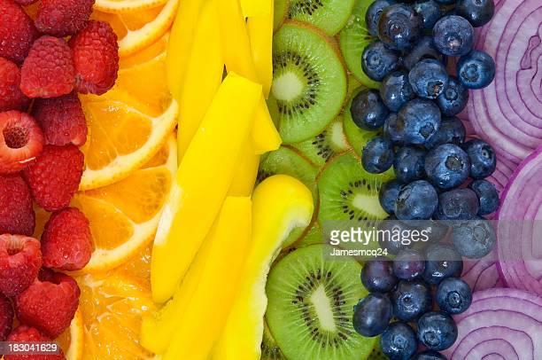 Coloridas frutas e produtos hortícolas dispostas em arco-íris