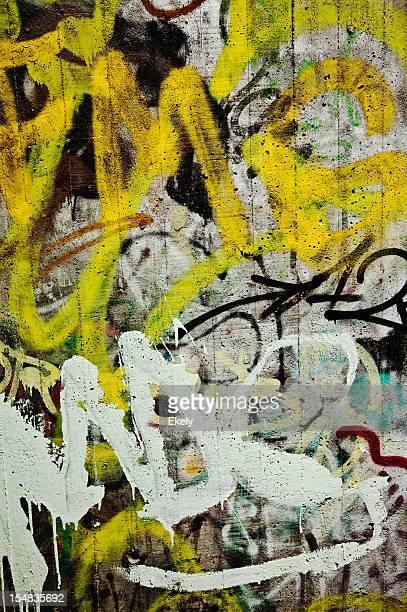 Colorido graffiti em uma parede de cimento.