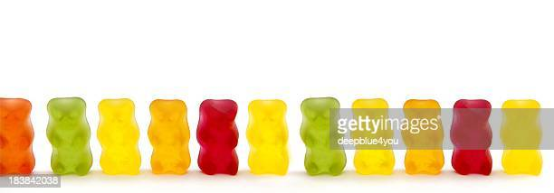 Bunte Gummy Bären in einer Reihe auf Weiß