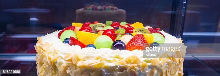 Colorful mixed fruit fresh cream cake in refrigerator showcase : Stockfoto