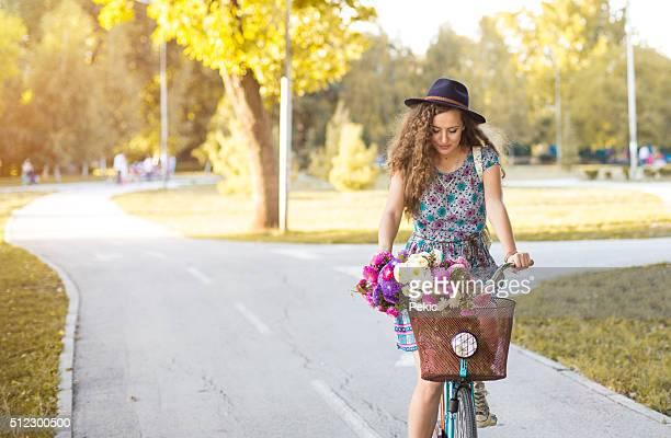 Bunte outdoor portrait von Junge hübsche model mit bik