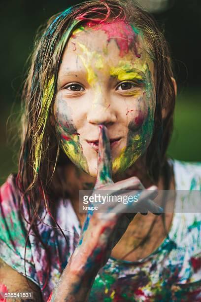 Coloré portrait de la jeune fille avec de la peinture sur visage
