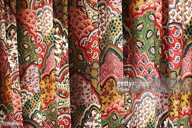 Pieghe del tessuto colorato stampato