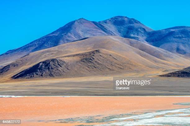ボリビアのウユニ湖に色鮮やかな赤いラグーン