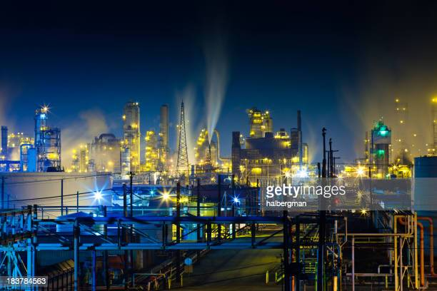 Bunte Raffinerie-Anlage bei Nacht