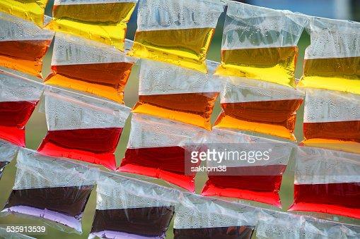Água colorida em saco de plástico : Foto de stock
