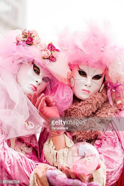 Donna con maschera colorata del Carnevale di Venezia, Italia