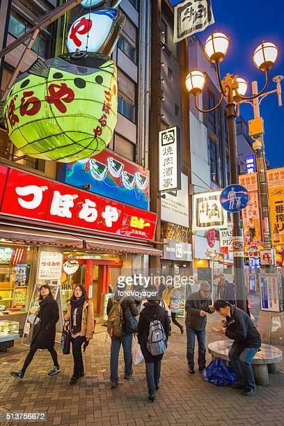 華やかなネオン看板通りの混雑 道頓堀 、大阪ナイトライフ、日本