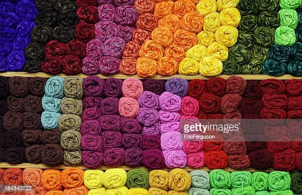 Coloridos fios para tricotar