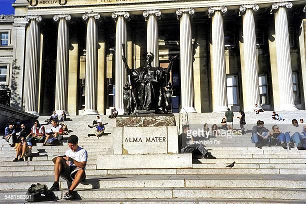 Columbia University Studenten vor der Bibliothek vor einer Statue der 'Alma Mater' September 1998