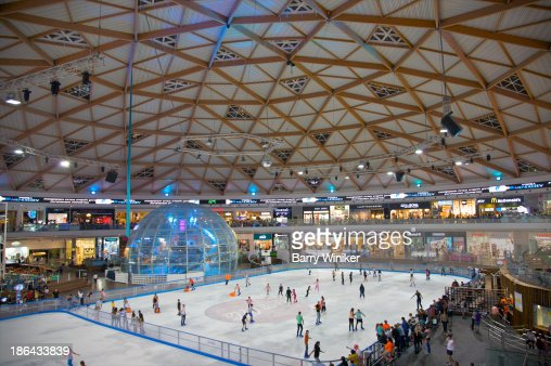 Column-free interior of circular mall and ice rink