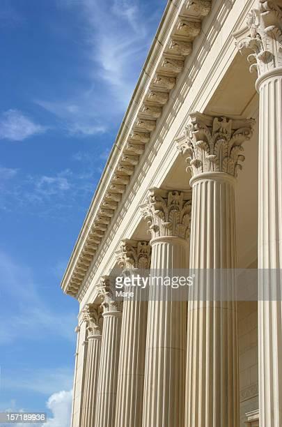 Columnas con cielo azul