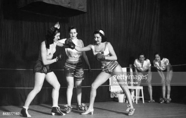 Comédiennes boxeuses dans la pièce 'Les filles du ring' au théâtre Romea le 9 avril 1934 à Madrid Espagne