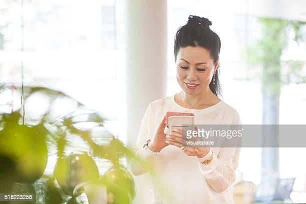 Bequeme Online-Buchung er ein Smartphone benutzt