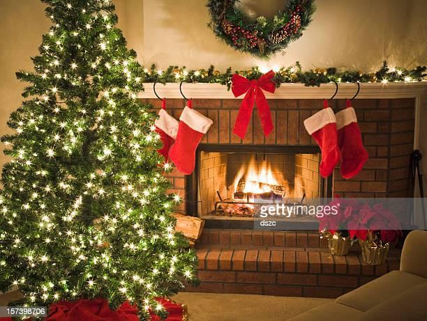 Canapé confortable en brûlant cheminée et décoré de sapin de Noël