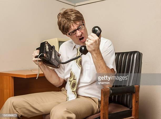 Frikis Comical oficina gritando por teléfono 1