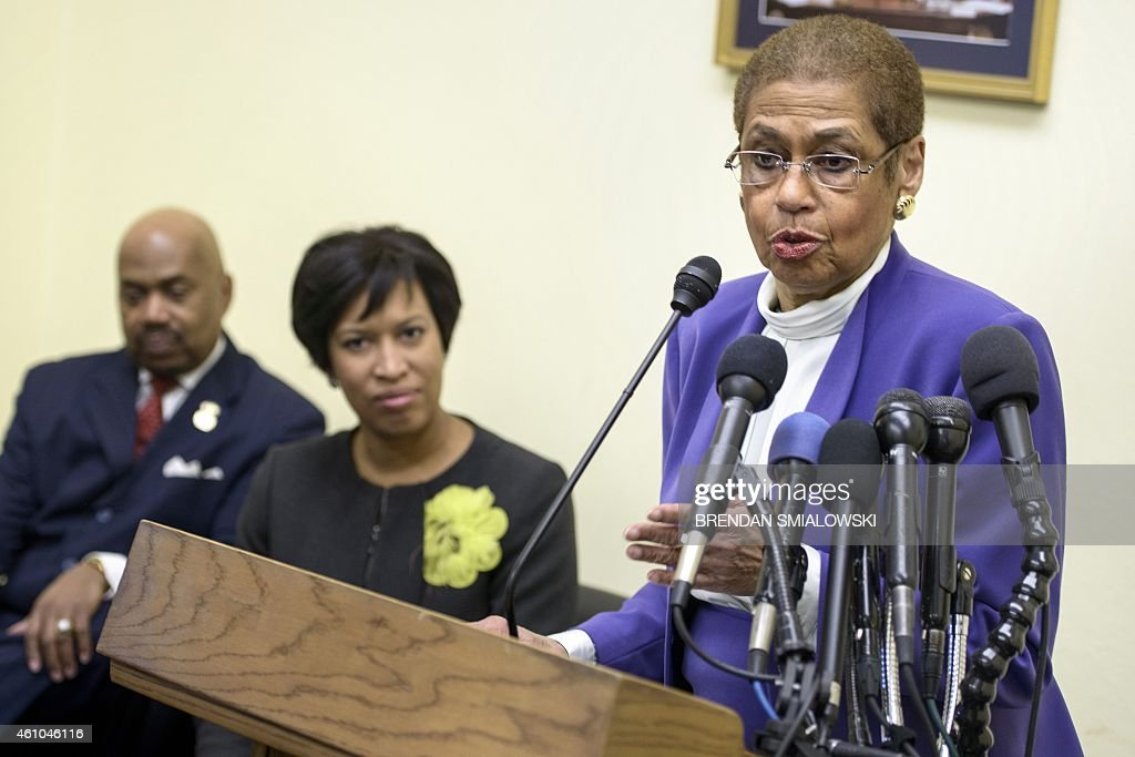 Commander Kerwin Miller (ret.) (L), Washington Mayor Muriel E. Bowser (C) listens while Delegate Eleanor Holmes Norton (D-DC) speaks during a press conference on Capitol Hill January 5, 2015 in Washington, DC. NOrton spoke about DC statehood. AFP PHOTO/BRENDAN SMIALOWSKI
