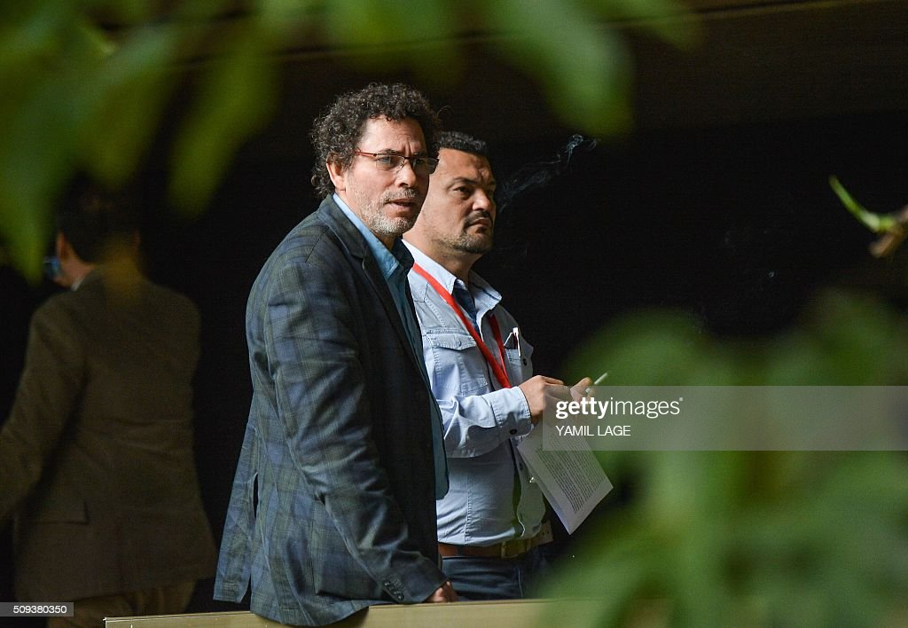 Commander of FARC-EP leftist guerrillas Pastor Alape (L) arrives at Convention Palace in Havana to the peace talks with the Colombian government, on February 10, 2016. AFP PHOTO/Yamil LAGE / AFP / YAMIL LAGE